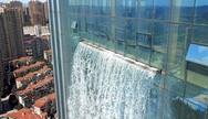 Κατασκευάστηκε τεχνητός καταρράκτης 100 μέτρων σε ουρανοξύστη (φωτο)