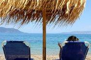 Ξηλώνουν ομπρέλες και ξαπλώστρες από τις παραλίες της Φθιώτιδας