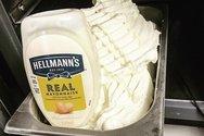 Το παγωτό… μαγιονέζα που διχάζει τους χρήστες των social media (video)