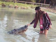 Φοιτήτρια πόζαρε με τεράστιο αλιγάτορα (video)