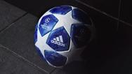 Μπλε με λευκά αστέρια η μπάλα του Champions League (φωτο)