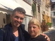 Ο Μιχάλης Χατζηγιάννης αγκαλιά με βουλευτή του ΣΥΡΙΖΑ