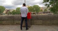 Αρνητικές αντιδράσεις για τα υπαίθρια ουρητήρια στο Παρίσι (φωτο+video)