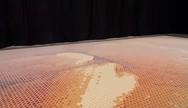Δημιούργησε κάτι μοναδικό, τοποθετώντας 66.000 ποτήρια στο πάτωμα (video)