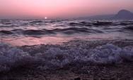 Καθώς τα κύματα στην Πάτρα παίρνουν... ροζ απόχρωση