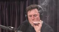 Ο Elon Musk κάπνισε μαριχουάνα σε ζωντανή εκπομπή (video)