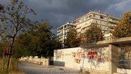 Θεσσαλονίκη: Έγραψαν συνθήματα στον κήπο των γλυπτών στη Νέα Παραλία (pics)