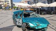 Τι γυρεύουν τα τρακαρισμένα - διαλυμένα αμάξια στην πλατεία Γεωργίου; (pics)