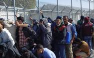 Μεταφέρουν πρόσφυγες από τη Μόρια στην ηπειρωτική Ελλάδα