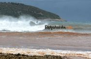 Μεσσηνία: Σέρφερ δαμάζουν τα κύματα του κυκλώνα Ζορμπά (φωτο)