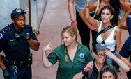 Συνελήφθησαν σε διαδήλωση η Emily Ratajkowski και η Amy Schumer! (φωτο)