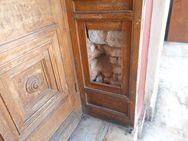 Πάτρα: Βάνδαλοι τα 'έβαλαν' με τις ξύλινες πόρτες του θεάτρου 'Απόλλων' (pics)