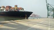 Ανεξέλεγκτο πλοίο προσκρούει σε προβλήτα (video)