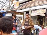 Ένας εντυπωσιακός πωλητής τσαγιού στην Ταϊλάνδη
