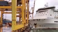 Πλοίο προσέκρουσε σε λιμάνι και... «γκρέμισε» γερανό (video)