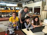 Τρεις έφηβοι ταξιδεύουν στην Ταϊλάνδη για να πάρουν μέρος στην Ολυμπιάδα Ρομποτικής