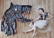 Λατρεύει τα βιβλία και μετατρέπει την τεράστια συλλογή της σε τέχνη (φωτο)