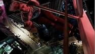 Νεαρός αιωρείται σε ύψος 200 μέτρων με το ένα χέρι (video)