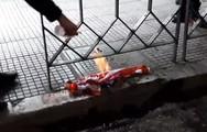 Την αμερικάνικη σημαία έκαψαν διαδηλωτές στη Θεσσαλονίκη (video)