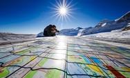 Ξεδιπλώθηκε πάνω σε παγετώνα η μεγαλύτερη καρτ ποστάλ όλων των εποχών (φωτο)