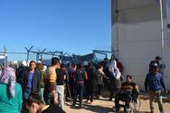Guardian: Μετανάστες ζουν σε άθλιες συνθήκες στα νησιά