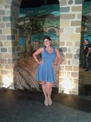Χριστίνα Βλαχάκη: Η Πατρινή εικαστικός που πήγε στη Σαντορίνη για να διδάξει παιδιά (pics)