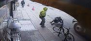 Άστεγος σπρώχνει περαστικό κάτω από τις ρόδες φορτηγού (video)