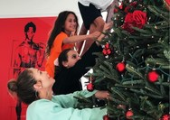 H Jennifer Lopez στόλισε το Χριστουγεννιάτικο δέντρο με τα παιδιά της! (φωτο)