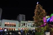 Όλα πήραν φως στο Χριστουγεννιάτικο χωριό της πλατείας Γεωργίου (pics+video)