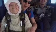 Γυναίκα 102 χρονών κατέχει το ρεκόρ στην ελεύθερη πτώση (video)