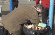 Πάτρα: Υπάρχουν ακόμα άνθρωποι που ψάχνουν στα σκουπίδια...