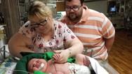 Μωρό γεννήθηκε 6,5 κιλά και 54 πόντους (video)