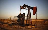 Οι τιμές του πετρελαίου οδεύουν προς την πρώτη ετήσια πτώση τους