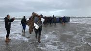 Ολλανδία: Κοντέινερ έπεσαν στη θάλασσα από πλοίο (pics)