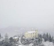 Χιόνισε στο Λεόντιο Αχαΐας - 'Φόρεσαν' τα λευκά τους τα σπίτια του χωριού! (φωτο)
