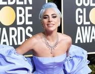 Lady Gaga: Ποζάρει στο κρεβάτι της αγκαλιά με την «Χρυσή Σφαίρα» (φωτο)
