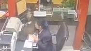 Γάτα αναστάτωσε γυναίκα την ώρα εργαζόταν στο γραφείο της (video)