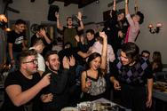 Χορεύοντας όλοι μαζί σαν μια παρέα!