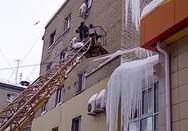 Η απομάκρυνση πάγου από κτήριο στη Ρωσία πήγε στραβά (video)