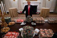 Ο Ντόναλντ Τραμπ παρήγγειλε 300 μπέργκερ στο Λευκό Οίκο (φωτο)