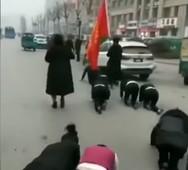 Εταιρεία ανάγκασε τους υπαλλήλους της να μπουσουλήσουν στους δρόμους (video)
