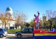 Αρέσει ο φετινός τελάλης του Πατρινού Καρναβαλιού, αν και 'πρωτάρης'!