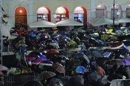 Πάτρα: Περιμένοντας  με ομπρέλες την τελετή έναρξης - Θα γίνει; (pics+video)