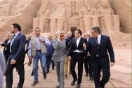 Brigitte Macron - Με αθλητικά σε επίσκεψη αρχαίου ναού στην Αίγυπτο!