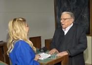 O Κώστας Βουτσάς προσπάθησε να φιλήσει δημοσιογράφο στο στόμα (video)