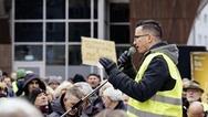 Γιάννης Σάκαρος: Ο 26χρονος Έλληνας - ηγέτης των Κίτρινων Γιλέκων