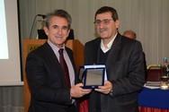 Ο Δήμαρχος Πατρέων βραβεύτηκε από το Σωματείο Γονέων, Κηδεμόνων και Φίλων των Ατόμων με Αυτισμό (pics+video)