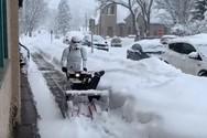 «Στρατιώτης» από το «Star Wars» ξεχιονίζει στο Κολοράντο (video)