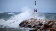 Μύκονος: Προσάραξη φορτηγού πλοίου στο παλιό λιμάνι λόγω της κακοκαιρίας