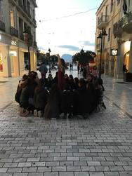 «Κόβουμε τα νήματα» - Θέατρο δρόμου στον πεζόδρομο της Αγίου Νικολάου!